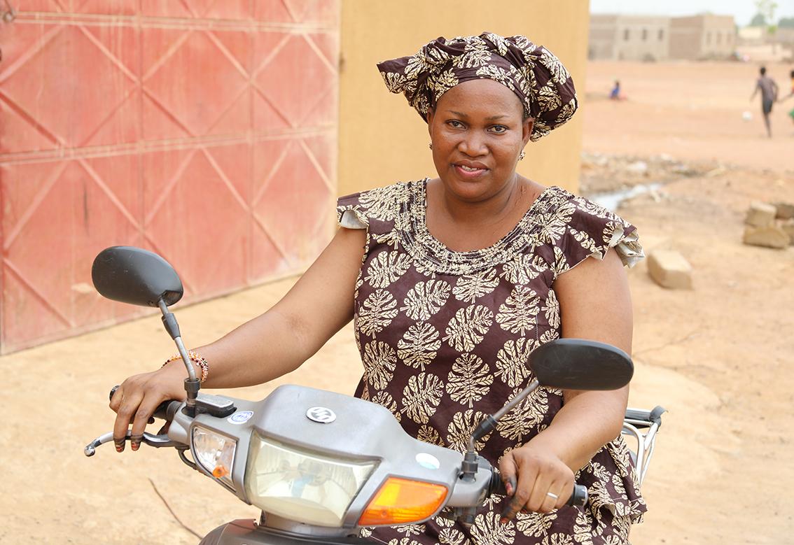 Rahat Domboua, 31 ans, de Bla, au Mali, est une mère au foyer. Elle est l'une des premières à adopter l'espèce de mouton 'Balami' du Niger. Avec une sécurité financière accrue résultant de l'élevage 'Balami', elle peut maintenant mieux soutenir ses deux filles et sa famille. Photo / CORAF
